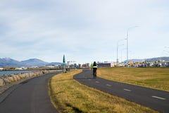 Grönt gräs för väg- eller banaväg med cyklisten på cykeln Cykla kultur och infrastruktur Cykeltrans.lätt sätt arkivfoton