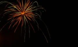 Grönt, guld- och rött skugga ljus av fyrverkerit mot en svart himmel på fjärdedelen av Juli royaltyfri fotografi