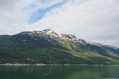 Grönt hav under det gröna berget Royaltyfri Fotografi