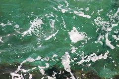 Grönt havsvatten för turkos med havsskum som bakgrund, slut upp Yttersida av havet med vågor, färgstänk, skum och bubblor arkivfoton