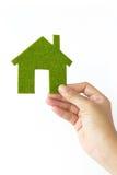 grönt hus för begreppseco Arkivbilder