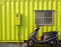 grönt hus för ljus behållare Arkivbild