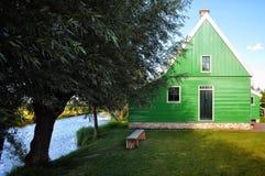 Grönt hus i Holland bygd royaltyfria bilder