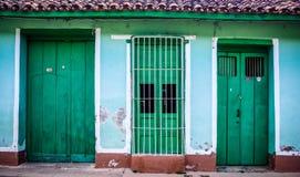 Grönt hus med gröna dörrar och fönstret Arkivbilder