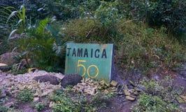 Grönt Jamaica 50 tecken vid sidan av B1 vägen i de blåa bergen, Jamaica Fotografering för Bildbyråer