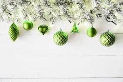 Grönt julbaner, vitt trä, kopieringsutrymme Royaltyfri Bild