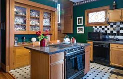 Grönt kök med det Kina kabinettet royaltyfria bilder