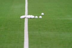 Grönt konstgjort gräshockeyfält med linjer och bollar royaltyfri fotografi