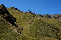 Grönt kullar och brant vaggar i dolomitesna/söder tyrol Arkivfoto