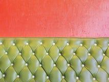 Grönt läder av den lyxiga fåtöljen för tappning och apelsinväggen Royaltyfria Foton