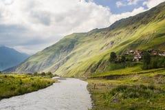 Grönt landskap för sommar för Kaukasus berg Royaltyfri Fotografi