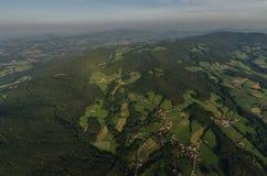 grönt landskap från höjdpunkt över Royaltyfri Bild