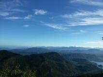 Grönt landskap med foresty berg och himmel Arkivbilder