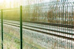 Grönt matallic staket i lantlig miljö royaltyfria bilder