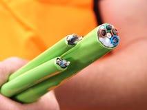 Grönt nylon klog upp fiber som optiska kablar buntar den rymda handen - Arkivbilder