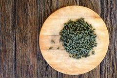 Grönt Oolong för ginseng te på träbräde Arkivbild