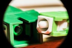 Grönt optiskt kontaktdon för optisk fiber, abstrakt bakgrund Arkivfoto