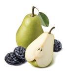 Grönt päron för helhet och stycke, torra plommoner på den vita backgrouen royaltyfria foton