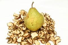 Grönt päron som ligger på torkade frukter Royaltyfri Bild