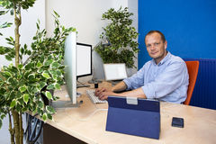 Grönt paperless kontor arkivbild