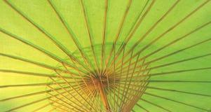 Grönt paraply under lampljus Fotografering för Bildbyråer
