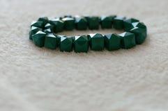 Grönt plast- armband arkivbild