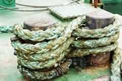 Grönt rep på den förtöja pollaren Fotografering för Bildbyråer