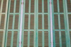 Grönt retro fönster Gammal arkitektonisk beståndsdel Arkivfoton