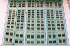 Grönt retro fönster Gammal arkitektonisk beståndsdel Arkivfoto