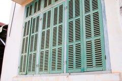Grönt retro fönster Gammal arkitektonisk beståndsdel Arkivbild