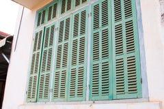 Grönt retro fönster Gammal arkitektonisk beståndsdel Arkivbilder