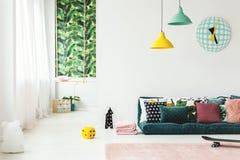 Grönt rum för unge` s med klockan Royaltyfri Bild