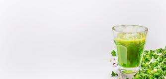 Grönt smoothieexponeringsglas och grönkål på ljus bakgrund, sidosikt, ställe för text, baner fotografering för bildbyråer