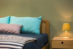Grönt sovrum och sängkläder Arkivbild