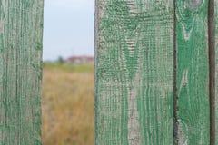 Grönt staket med ett hål Royaltyfri Bild