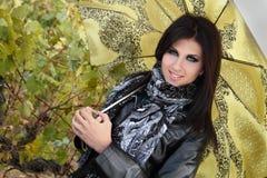 grönt stilfullt paraplybarn för flicka Arkivfoton