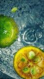 Grönt surt vatten för orange sodavatten arkivfoto