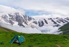 Grönt tält i härligt berglandskap royaltyfri foto