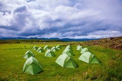Grönt tält på en gräs- gräsmatta arkivfoto