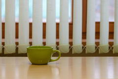 Grönt töm koppen på tabellen Fotografering för Bildbyråer