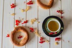 Grönt te, bagel och vinbär Arkivbild