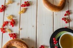 Grönt te, bagel och vinbär Royaltyfria Foton