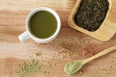 Grönt te, ett matchte, i träware, naturliga ware arkivbild