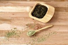 Grönt te, ett matchte, i träware, naturliga ware royaltyfri foto