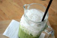 Grönt te för is i exponeringsglas Arkivfoton