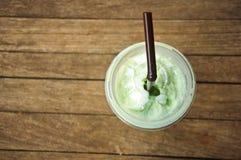 Grönt te Frappe på den wood tabellen Arkivfoton