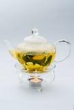 Grönt te i den glass tekannan Royaltyfri Foto
