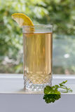 Grönt te med en citron arkivfoton