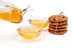 Grönt te med kakor arkivbild