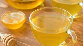 Grönt te med mintkaramellen, steg, gojibär, ananas och honung stock video
